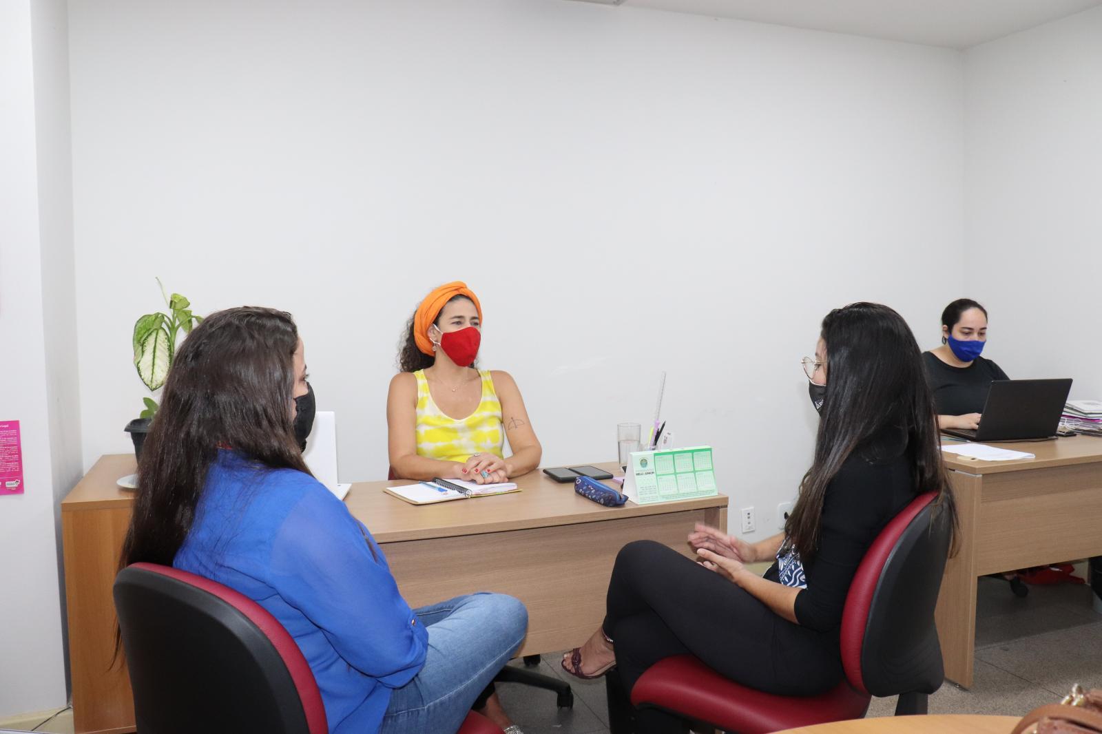 As Supervisoras Acadêmicas Emanuelle Pinheiro e Enaire Sousa, da EDUFOR, reunidas com a Supervisora de Campo, da SEMU, Rebeca Alexandre