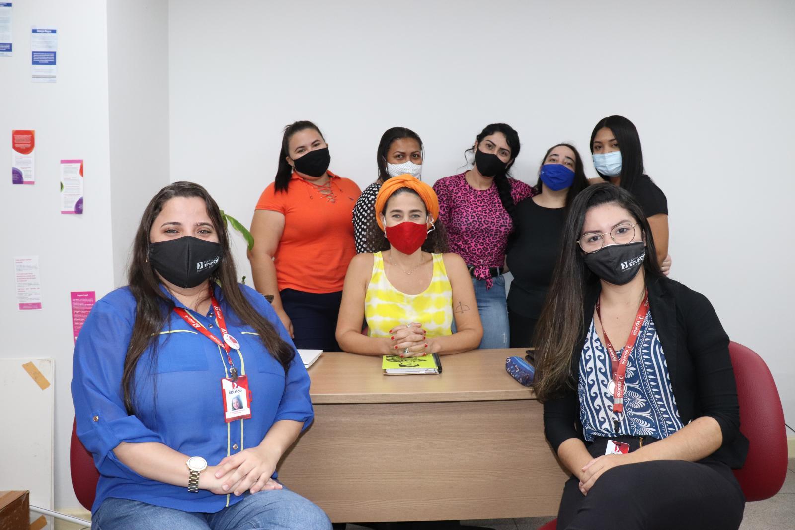 No primeiro plano as Supervisoras Acadêmicas, Emanuelle Pinheiro e Enaire Sousa; ao centro a Supervisora de Campo, Rebeca Alexandre e atrás as alunas